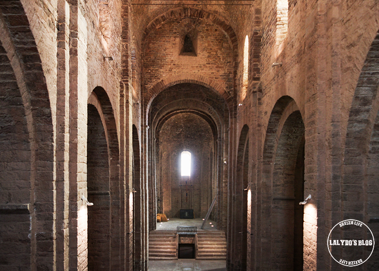 qui abrite le puits et de belles arcades
